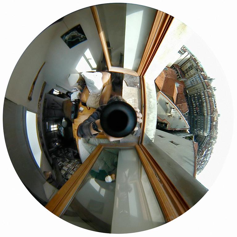 Luc Courchesne, 00 / 12 / 21 – Marseille, 2000-2001, de la série Journal panoscopique, photographies numériques, 25 cm de diameter. © Luc Courchesne