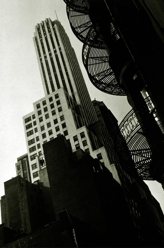 Francis J. Bruguière, Escalier en spirale de l'hôtel Murray Hill, NewYork, épreuve argentique, 23,7 cm x 15,8 cm, 1932. Collection Centre Canadien d'Architecture / Canadian Centre for Architecture, Montréal. © CCA