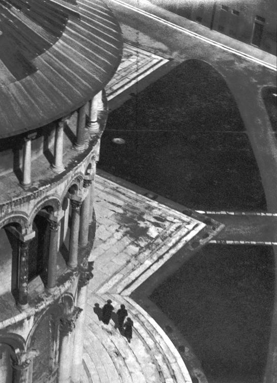 Iwao Yamawaki, Vue depuis le haut de la tour de Pise, Italie, épreuve argentique, 17,2 cm x 23,2 cm, 1932. Collection de photographies du Centre canadien d'architecture (CCA). © CCA