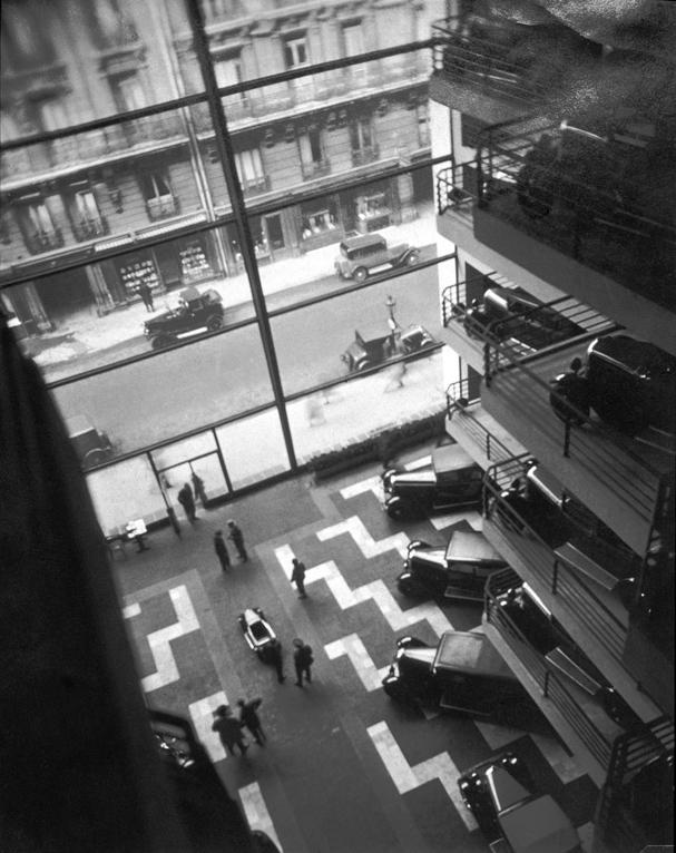 Maurice Tabard, Garage « Le Marbeuf », épreuve argentique, 20,2 cm x 16,5 cm, 1929 ou plus tard. Collection Centre Canadien d'Architecture / Canadian Centre for Architecture, Montréal. © CCA
