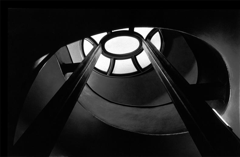 Photographe inconnu, Escalier du cinéma Capitol, Berlin, épreuve argentique, 13,5 cm x 21,1 cm, vers 1930. Collection Centre Canadien d'Architecture / Canadian Centre for Architecture. © CCA