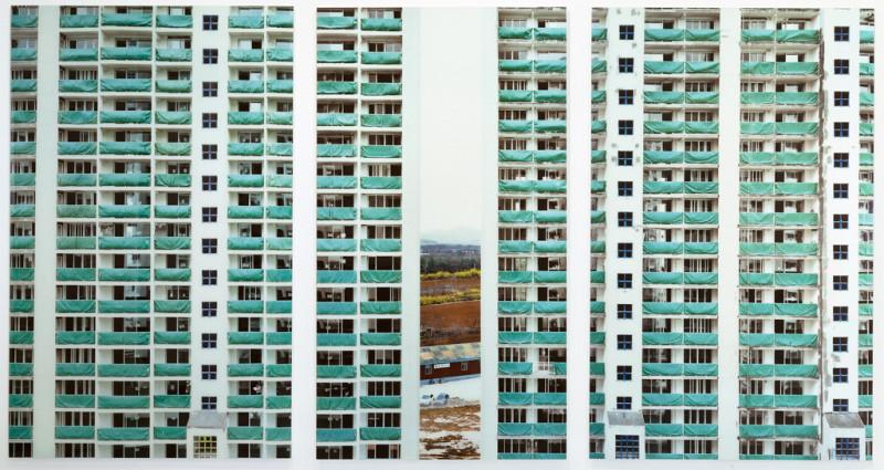 © Stéphane Couturier, Séoul – Ilsan Monument no 1, 1998-2000, épreuves couleur, 201 x 125 cm chacune. © Stéphane Couturier