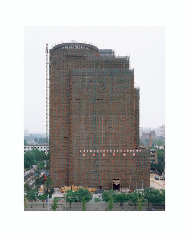 Stéphane Couturier, Pékin – Xisanhuan: Monument no 3, 2001, épreuves couleur, 200 x 126 cm chacune. © Stéphane Couturier