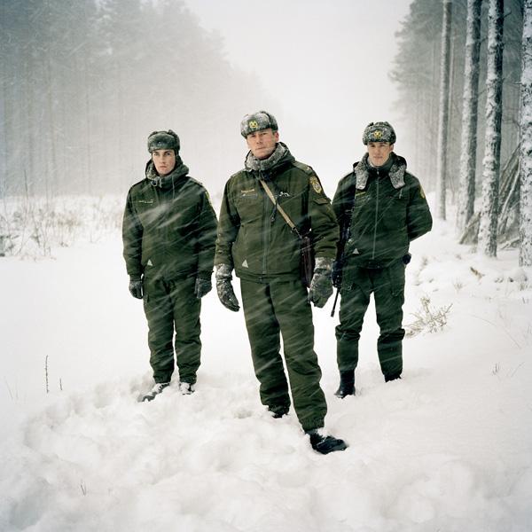 Yann Mingard et Alban Kakulya, Patrouille frontalière estonienne (À l'est d'un nouvel éden), 2001-2002, 112 épreuves couleur, 100 x 100 cm. © Yann Mingard et Alban Kakulya / Strates