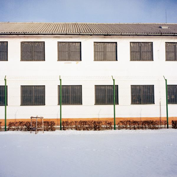Yann Mingard et Alban Kakulya, Camp de Secovce en Slovaquie, Services spéciaux, frontière Kalingrad–Lituanie (À l'est d'un nouvel éden), 2001-2002, 112 épreuves couleur, 100 x 100 cm. © Yann Mingard et Alban Kakulya / Strates