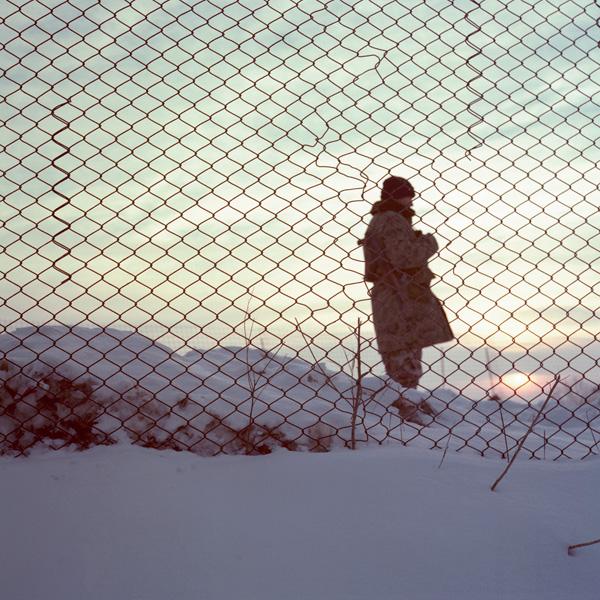 Yann Mingard et Alban Kakulya, Checkpoint de Purvenai en Lituanie, près de la frontière avec Kaliningrad (À l'est d'un nouvel éden), 2001-2002, 112 épreuves couleur, 100 x 100 cm. © Yann Mingard et Alban Kakulya / Strates