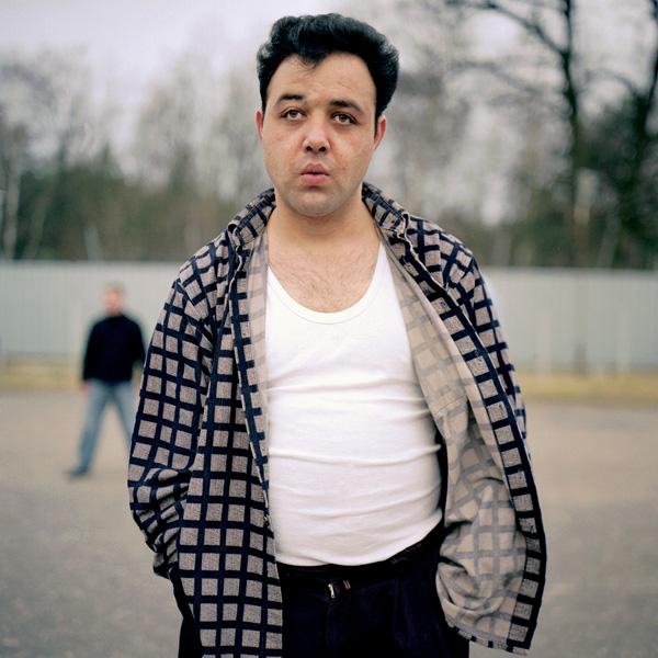 Yann Mingard et Alban Kakulya, Camp d'Oln Lesznowoba en Pologne, immigré clandestin arrêté à la frontière polonaise, anonyme (À l'est d'un nouvel éden), 2001-2002, 112 épreuves couleur, 100 x 100 cm. © Yann Mingard et Alban Kakulya / Strates