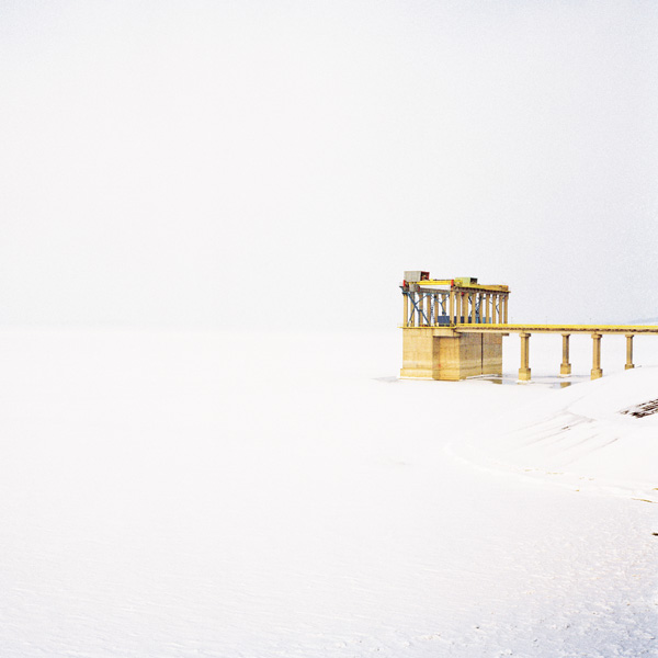Yann Mingard et Alban Kakulya, Département de Botosani, lac Stinca Costesti, Roumanie (À l'est d'un nouvel éden), 2001-2002, 112 épreuves couleur, 100 x 100 cm. © Yann Mingard et Alban Kakulya / Strates