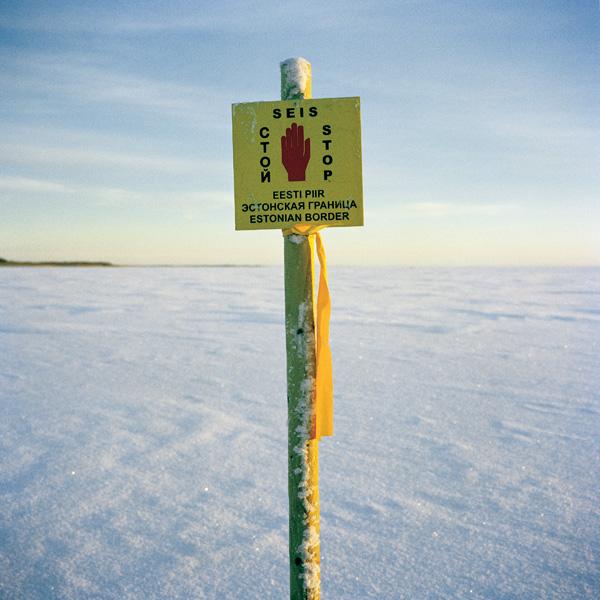 Yann Mingard et Alban Kakulya, Lac Peipus, frontière entre l'Estonie et la Russie (À l'est d'un nouvel éden), 2001-2002, 112 épreuves couleur, 100 x 100 cm. © Yann Mingard et Alban Kakulya / Strates
