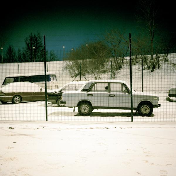 Yann Mingard et Alban Kakulya, Poste de contrôle de Nar a–Ivangorod en Estonie, autos de contrebande interceptées (À l'est d'un nouvel éden), 2001-2002, 112 épreuves couleur, 100 x 100 cm. © Yann Mingard et Alban Kakulya / Strates