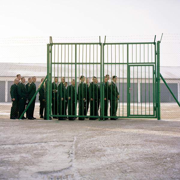 Yann Mingard et Alban Kakulya, Camp de Secovce en Slovaquie (À l'est d'un nouvel éden), 2001-2002, 112 épreuves couleur, 100 x 100 cm. © Yann Mingard et Alban Kakulya / Strates