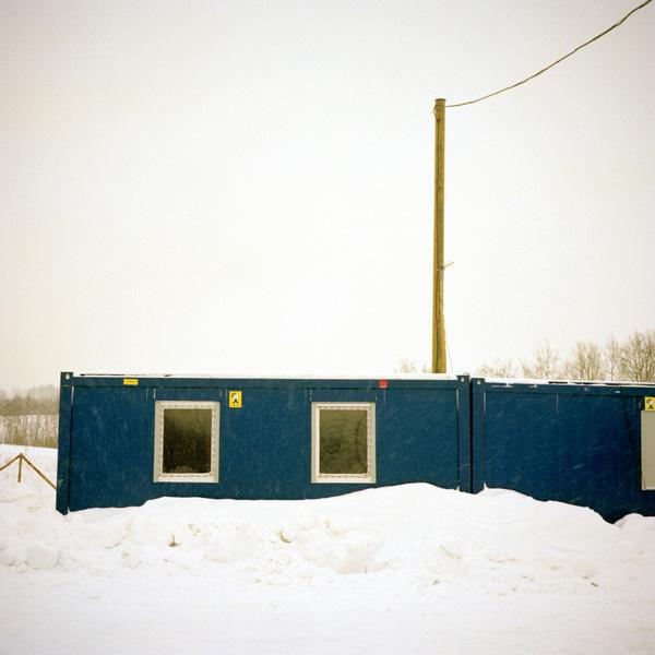 Yann Mingard et Alban Kakulya, Poste de contrôle de Kaplava en Lettonie (À l'est d'un nouvel éden), 2001-2002, 112 épreuves couleur, 100 x 100 cm. © Yann Mingard et Alban Kakulya / Strates