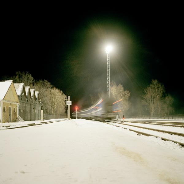 Yann Mingard et Alban Kakulya, Train Tallinn–Narva–Moscou, Narva, Estonie (À l'est d'un nouvel éden), 2001-2002, 112 épreuves couleur, 100 x 100 cm. © Yann Mingard et Alban Kakulya / Strates