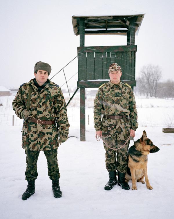 Yann Mingard et Alban Kakulya, Patrouille roumaine sur la frontière (À l'est d'un nouvel éden), 2001-2002, 112 épreuves couleur, 100 x 100 cm. © Yann Mingard et Alban Kakulya / Strates