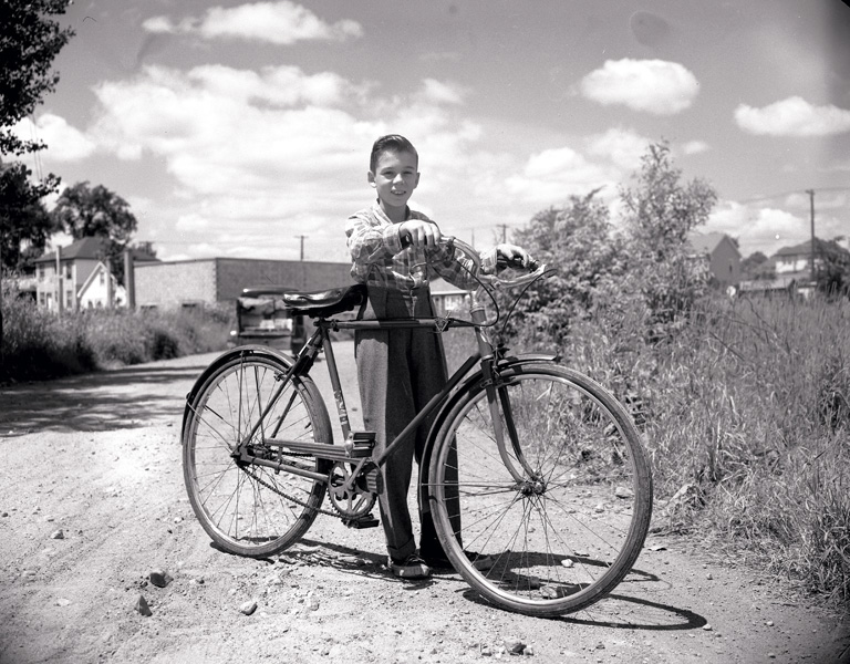 David Barbour, Robert Hudon and new bicycle , 1954, silver print, City of Ottawa Archives, CA-4804. © Tous droits réservés