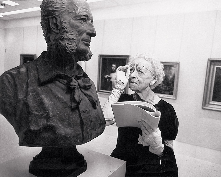 Inconnu, Visitor in the Canadian Galleries examining a bust of Lucius O'Brien by Hamilton MacCarthy © Tous droits réservés