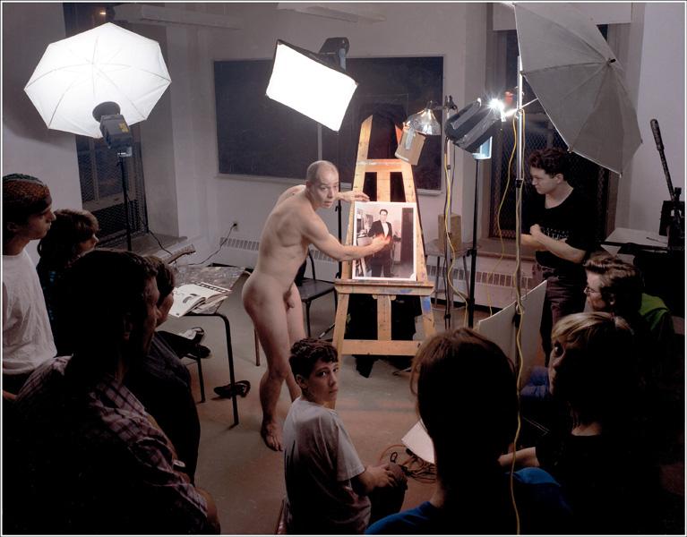 Justin Wonnacott, A naked man explaining an image of myself to me – an instructional aid, ca. 1990, colour photograph, Canada Council Art Bank. © Tous droits reserves