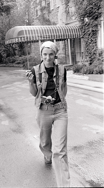 Rod MacIvor, Margaret Trudeau strolls downlane way at 24 Sussex Drive, 1974, silver print. © Tous droits reserves