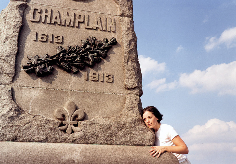 Jeffrey Thomas, Listening to the Stone, Cynthia at the Samuel Champlain Monument, 2011, Ottawa, color print. © Tous droits reserves
