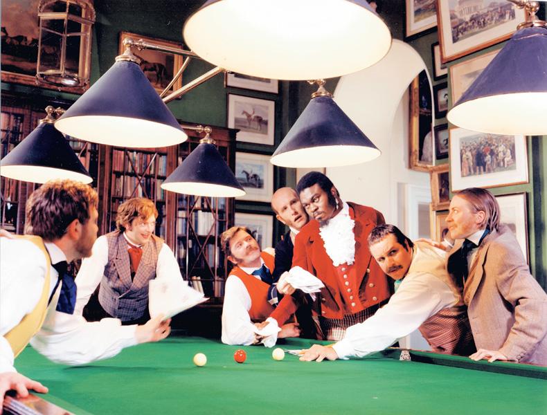 Yinka Shonibare, Dandy, 17 heures (de la série Diary of a Victorian Dandy), 1998, 5 épreuves couleur, 122 x 183 cm, tirage à 5 exemplaires, commande de inIVA, avec l'aimable autorisation de la galerie Stephen Friedman, de Londres. © Yinka Shonibare