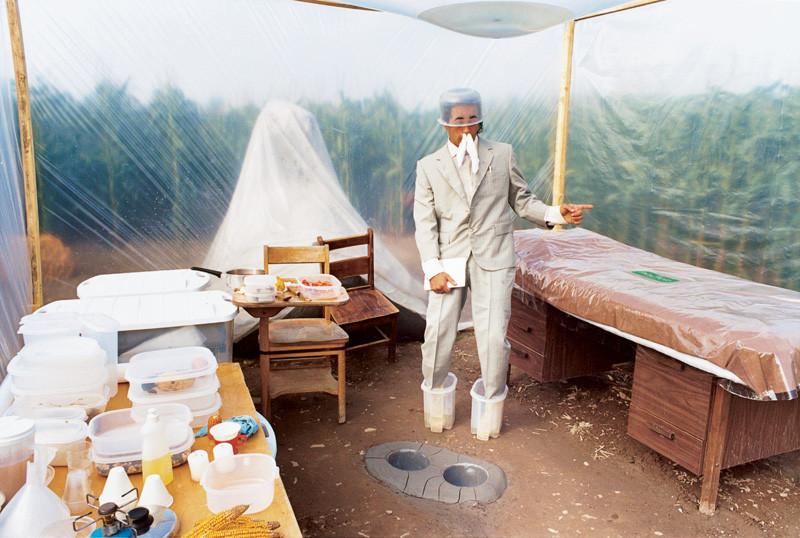 Massimo Guerrera , Monument-mou à l'honneur des producteurs de nourritures terrestres, 1998, épreuves couleur et argentiques, 76 x 102 cm, 1998-2003, avec l'autorisation de la galerie Joyce Yahouda, Montréal. © Massimo Guerrera