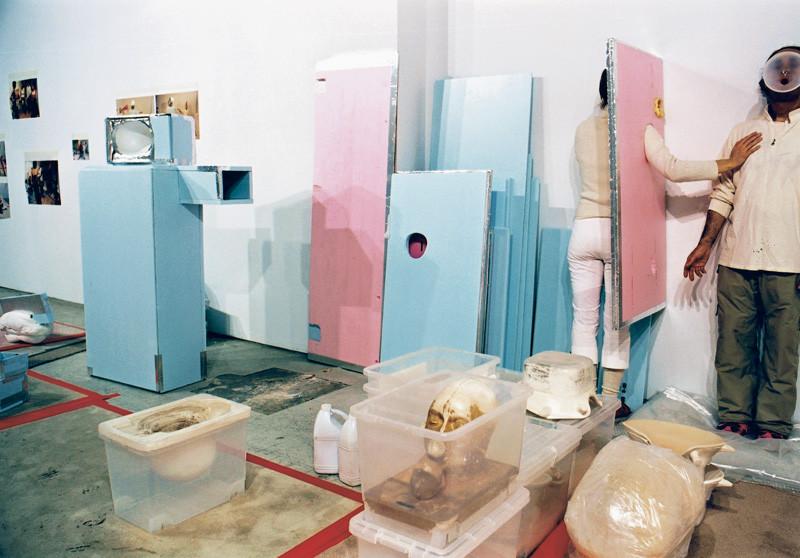 Massimo Guerrera , Darboral ou quelques histoires de cohabitation interne, 2000, épreuves couleur et argentiques, 76 x 102 cm, 1998-2003, avec l'autorisation de la galerie Joyce Yahouda, Montréal. © Massimo Guerrera
