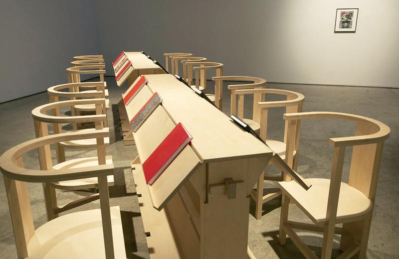 Angela Grauerholz , Reading Room for the Working Artist (Salle de lecture de l'artiste au travail), 2003-2004, installation à la Olga Korper Gallery à Toronto en décembre 2004. Photographie: Michael Cullen. © Angela Grauerholz