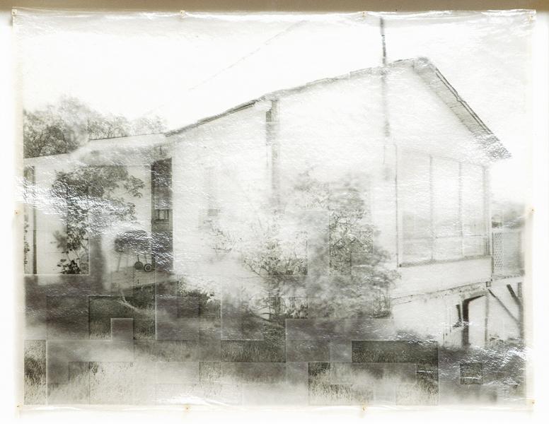 Roberto Pellegrinuzzi, Éléments pour un paysage (Chalet numéro 2), impression numérique au charbon sur papier japon et acrylique, 53 cm x 69 cm, 2004. © Roberto Pellegrinuzzi