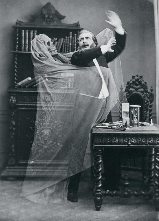 Eugène Thiebault, Photographie publicitaire – Henri Robin et un spectre, épreuve sur papier albuminé, 22,9 cm x 17,4 cm, 1863. Paris, collection Gérard Lévy.