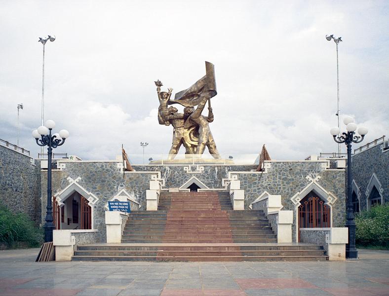 Liza Nguyen, Monuments, 2004, dépliants de la série Cartes postales du Vietnam, dix-neuf photographies couleur, tirages papier couleur, 13 x 10 cm. © Liza Nguyen