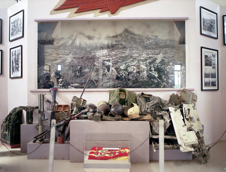 Liza Nguyen, Musées de la guerre, 2004, dépliants de la série Cartes postales du Vietnam, dix-neuf photographies couleur, tirages papier couleur, 13 x 10 cm. © Liza Nguyen