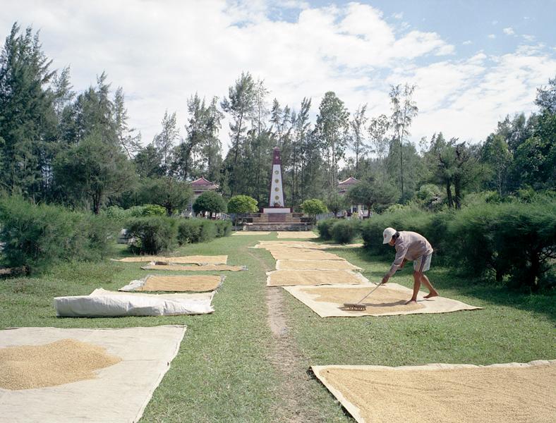 Liza Nguyen, Cimetières, 2004, dépliants de la série Cartes postales du Vietnam, dix-neuf photographies couleur, tirages papier couleur, 13 x 10 cm. © Liza Nguyen