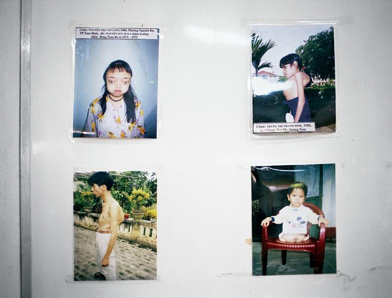 Liza Nguyen, Victimes de la dioxine, 2004, dépliants de la série Cartes postales du Vietnam, dix-neuf photographies couleur, tirages papier couleur, 13 x 10 cm. © Liza Nguyen