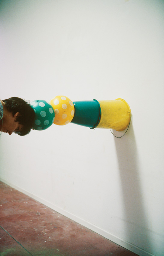 Erwin Wurm, Sans titre. De la série One Minute Sculptures, photographies couleur, 45 x 30 cm, 1997