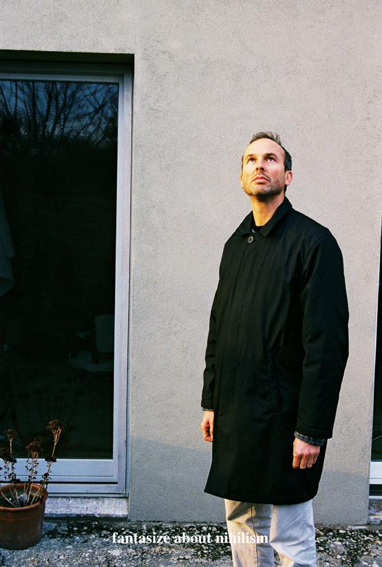 Erwin Wurm, Fantasize about nihilism, Think about the void. De la série Instructions for Idleness, photographies couleur, 65 x 43 cm, 2001