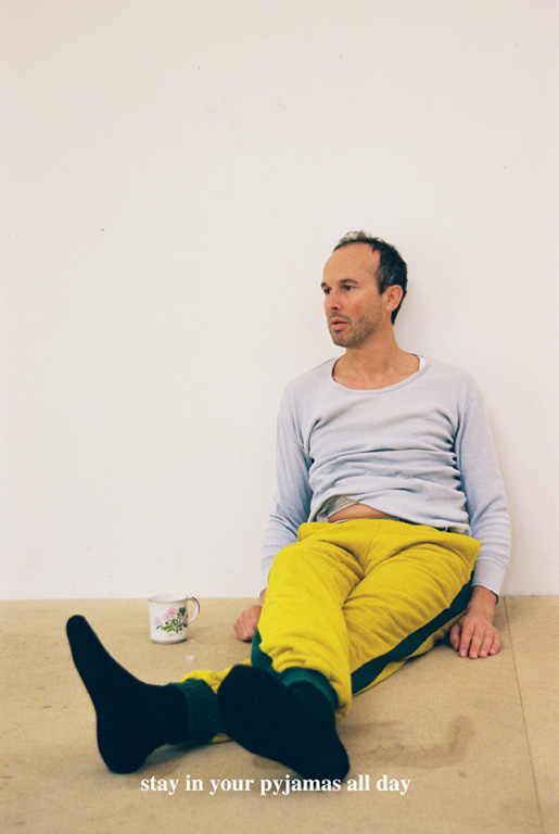 Erwin Wurm, Stay in your pyjamas all day. De la série Instructions for Idleness, photographies couleur, 65 x 43 cm, 2001