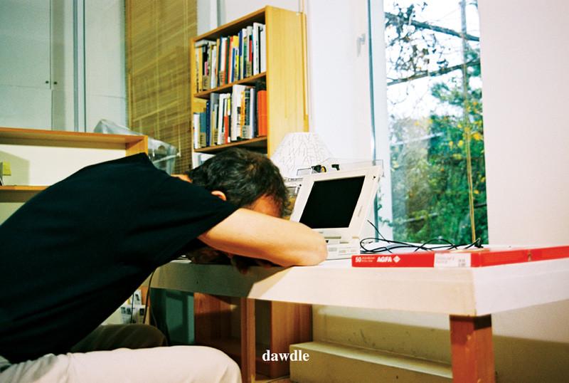 Erwin Wurm, Dawdle. De la série Instructions for Idleness, photographies couleur, 65 x 43 cm et 43 x 65 cm, 2001.