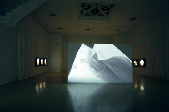 Sémaphores. Projection vidéo de 6:40 min avec son et vues d'installation, 2005. © Manon De Pauw