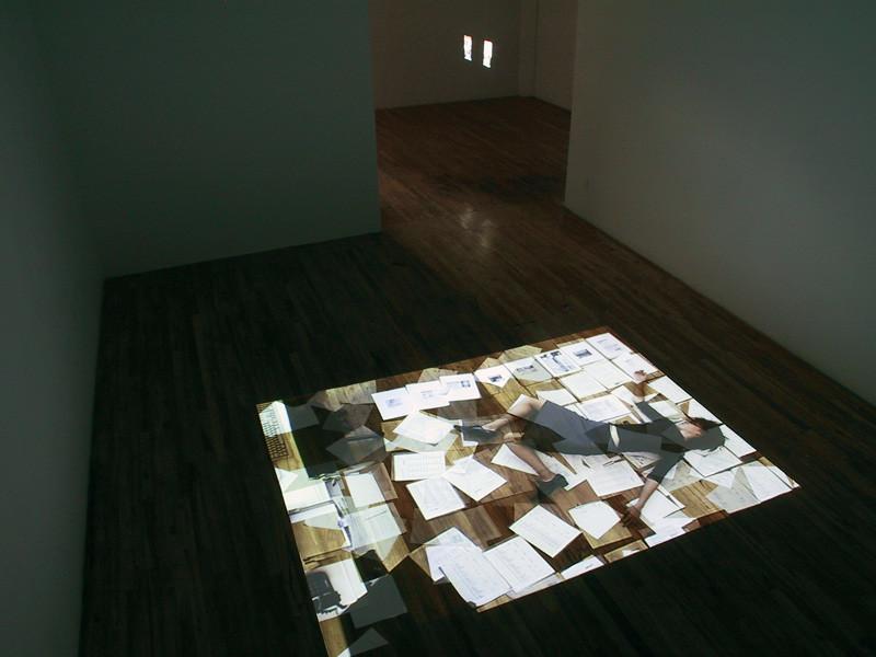 Manon De Pauw, Paperwork. Installation vidéo, boucle de 6 minutes, 150 x 200 cm, 2003. © Manon De Pauw