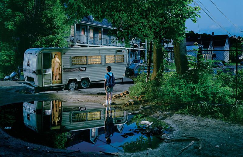 Gregory Crewdson, Sans titre, de la série Beneath the Roses, 2003-2005, photographies couleur, 163 x 239 cm. © Gregory Crewdson