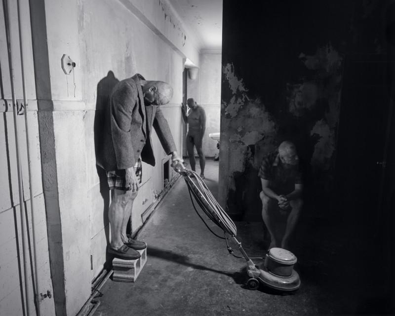 Matthieu Brouillard, Trois pensionnaires dans une salle de séjour, 2005, 122 x 153 cm, tirages numériques lambda. © Matthieu Brouillard