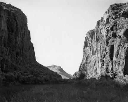 Mark Ruwedel, Devil's Gate #4, épreuve argentique, 1997 / L'OBSERVATEUR DU PAYSAGE PERNICIEUX, avec l'autorisation de l'artiste et de la Presentation House Gallery. © Mark Ruwedel