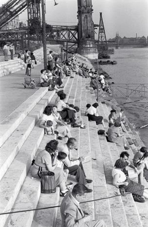 Gabor Szilasi, At the Danube, Budapest, 1954. © Gabor Szilasi