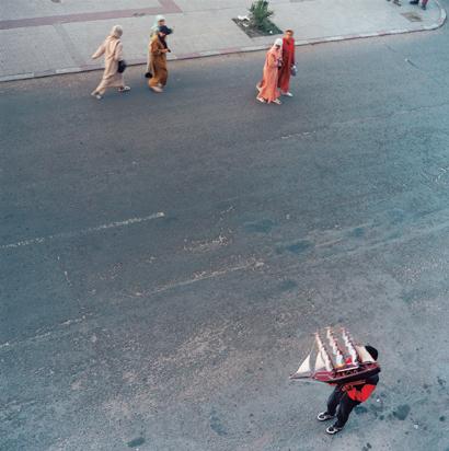 Yto Barrada, Le Détroit - Avenue d'Espagne - Tangier de la série A Life Full of Holes: The Strait Project, 1998-2004, épreuve couleur, 60 x 60 cm, 2000, courtoisie Galerie Polaris, Paris. © Yto Barrada