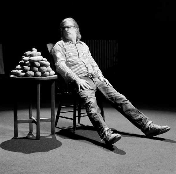 Rodney Graham, Lobbing Potatoes at a Gong (1969), photographies de production, dimensions variables, 2006, photo : Scott Livingstone, avec l'aimable permission de la Donald Young Gallery, Chicago. © Rodney Graham