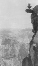 George Fiske, Dancing on the Overhanging Rock at Glacier Point, 5200 feet, Yosemite National Park, California, c. 1885, sels d'argent sur papier albuminé, 19 x 10,8 cm, National Parks Service, Yosemite Museum