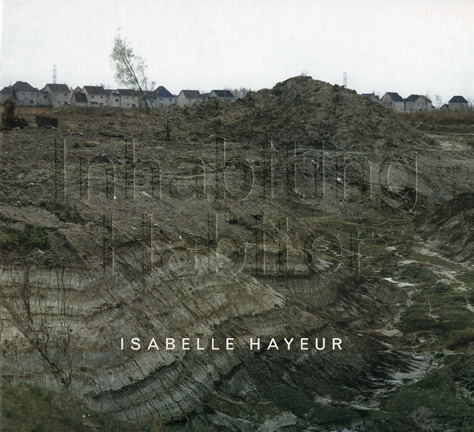 Habiter: les œuvres d'Isabelle Hayeur (texte de Serge Bérard, commissaire). Oakville, Oakville Galleries, 2006. Texte bilingue. 48 p., 18 illustrations couleur.