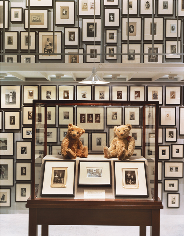 Partners (The Teddy Bear Project), 2002, installation Haus der Kunst, Munich. © Ydessa Hendeles