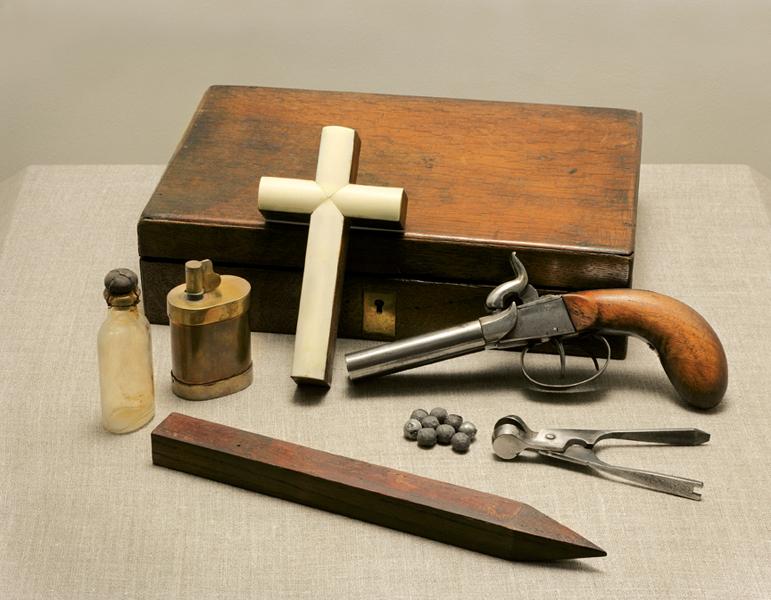 Vampire Killing Kit, c 1900. © Ydessa Hendeles
