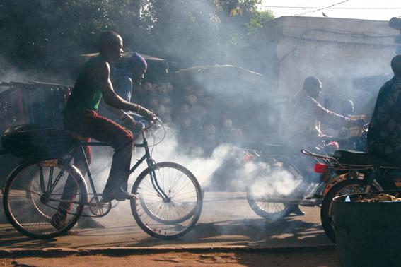 Emmanuel Bakary Daou, Un peu de gaz au démarrage, série La pollution de l'air par le trafic, 2007. © Emmanuel Bakary Daou (Mali)